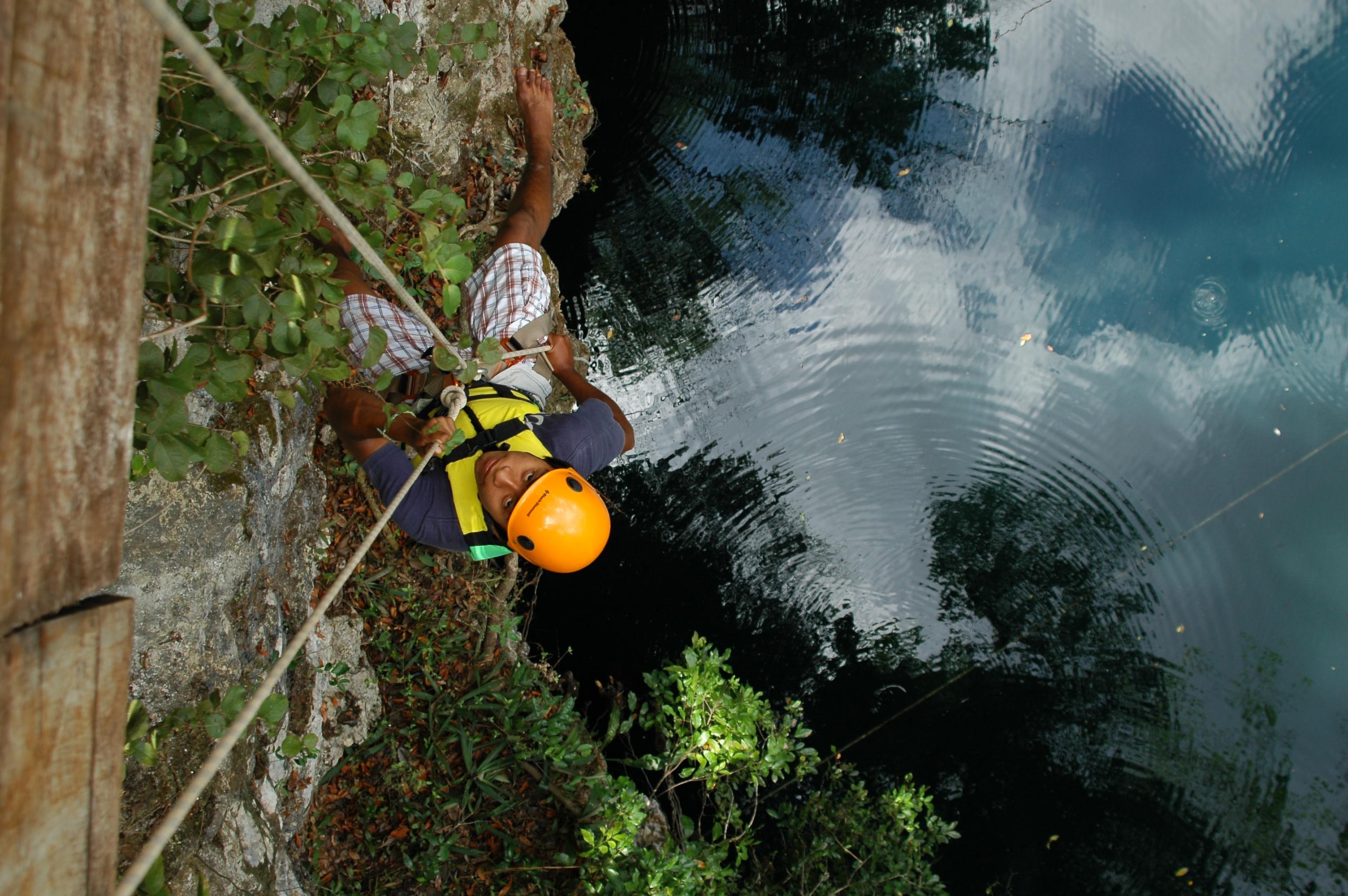 visitante bajando por el cenote yokdzonot